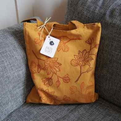 sac teint avec des pelures d'oignons